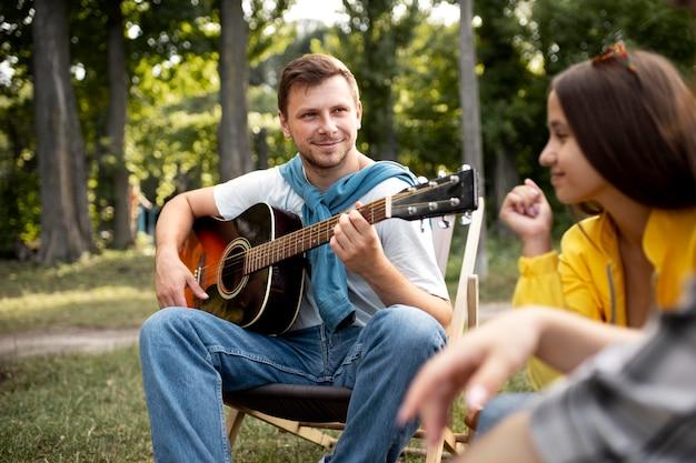 Uomo ravvicinato che suona la chitarra