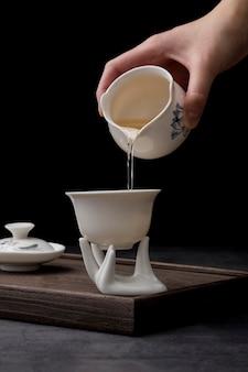 Bevanda di versamento dell'uomo del primo piano in una tazza
