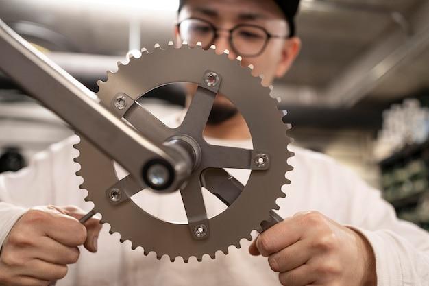 Крупным планом человек ремонтирует велосипед