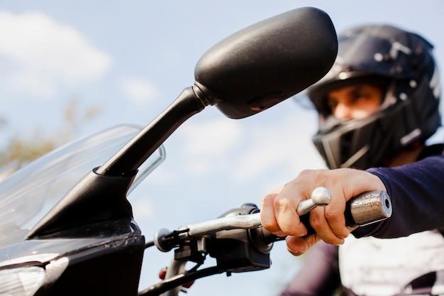 Крупным планом человек ехал на мотоцикле