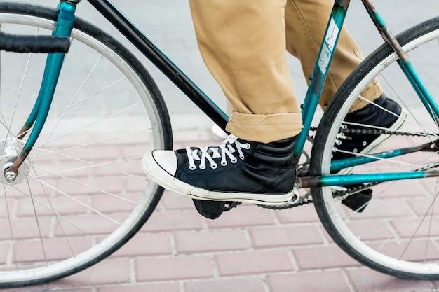 Uomo del primo piano che guida la sua bicicletta