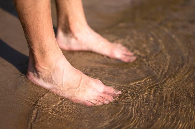水のクローズアップ男の足