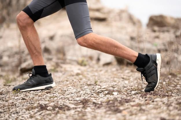 Ноги человека крупным планом на тропе в природе
