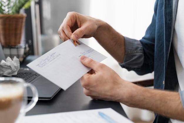 Закройте конверт запечатывания человека