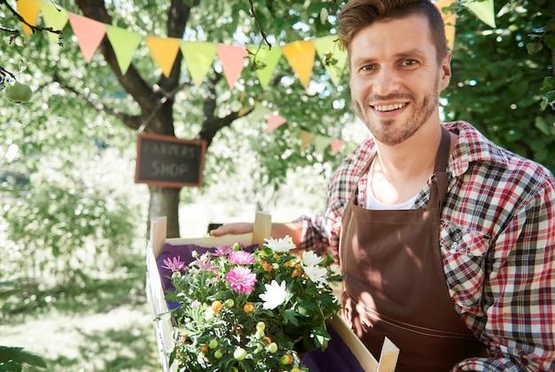 Primo piano sull'uomo che vende raccolti dal suo giardino