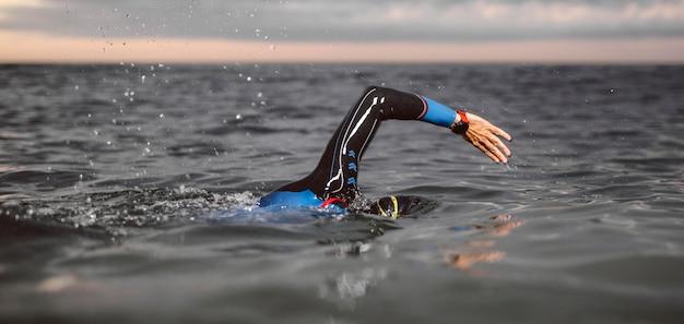 Крупным планом человек плавание