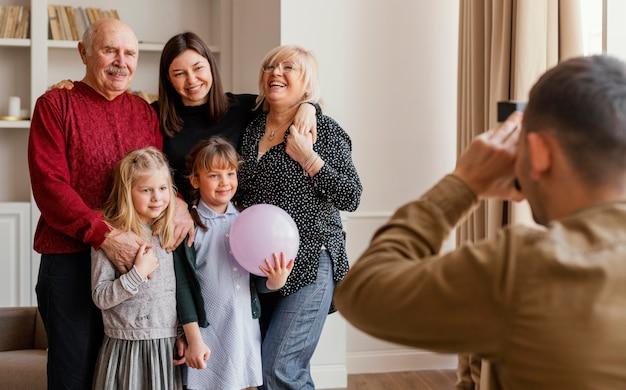 Крупным планом человек, делающий семейные фотографии