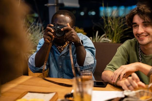 카메라로 사진을 찍는 남자를 닫습니다