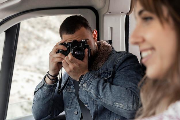 Chiuda sull'uomo che cattura le foto della donna