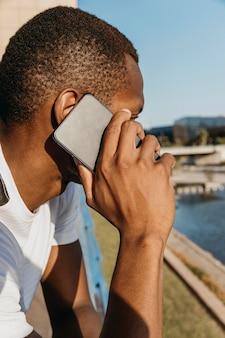 電話で話しているクローズアップの男