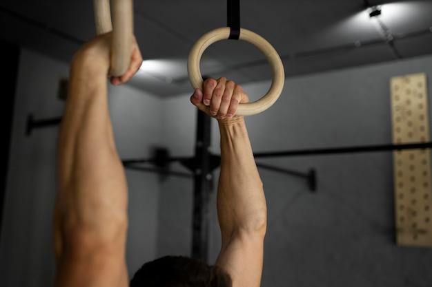 체육관에서 남자 훈련 팔을 닫습니다