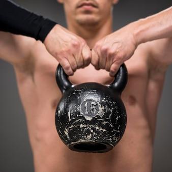 Addestramento dell'uomo del primo piano con i pesi