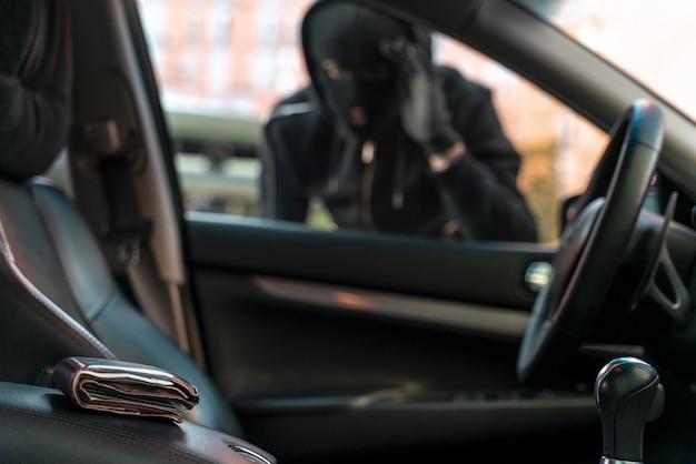 Primo piano su un uomo che cerca di entrare in un'auto