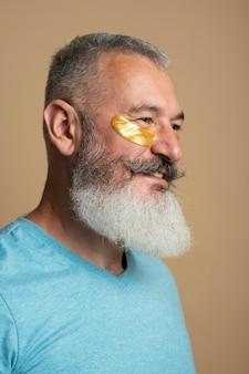Primo piano uomo che usa le bende per gli occhi