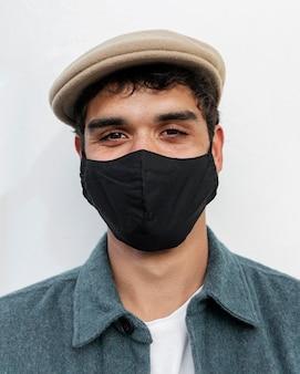 フェイスマスクを身に着けている男性をクローズアップ