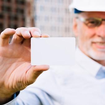 Макро человек с макетом визитной карточки