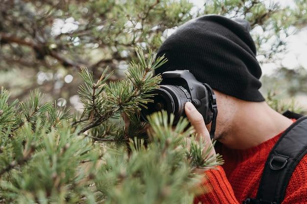 Крупным планом человек с камерой