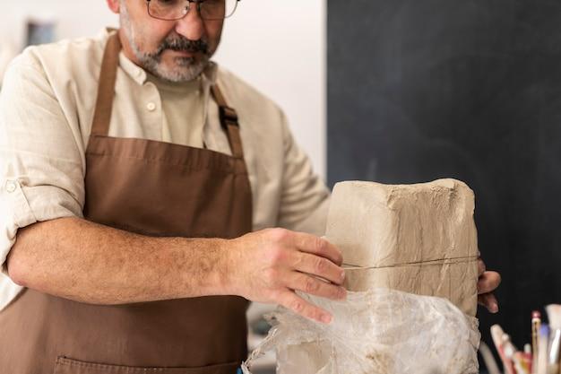 Primo piano uomo con argilla