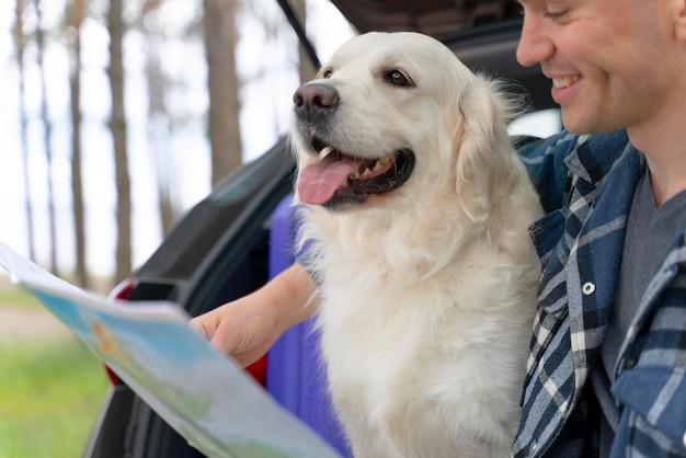 Primo piano uomo con cane carino Foto Gratuite
