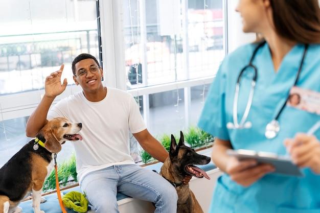 獣医の検査で犬と一緒に男をクローズアップ