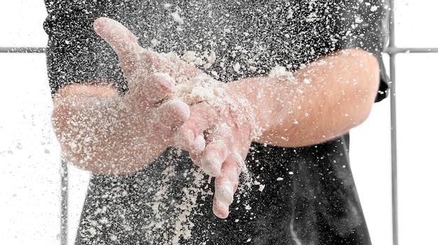 手に小麦粉を持つクローズアップ男