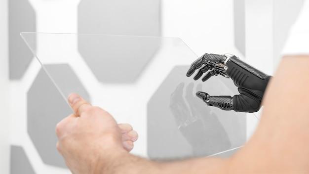 Chiuda sull'uomo con il prototipo della mano