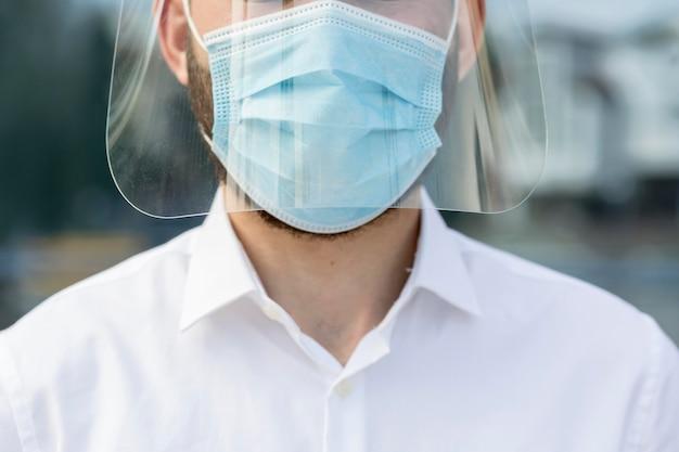 マスクを持つクローズアップ男