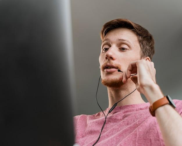 Крупным планом человек с микрофоном