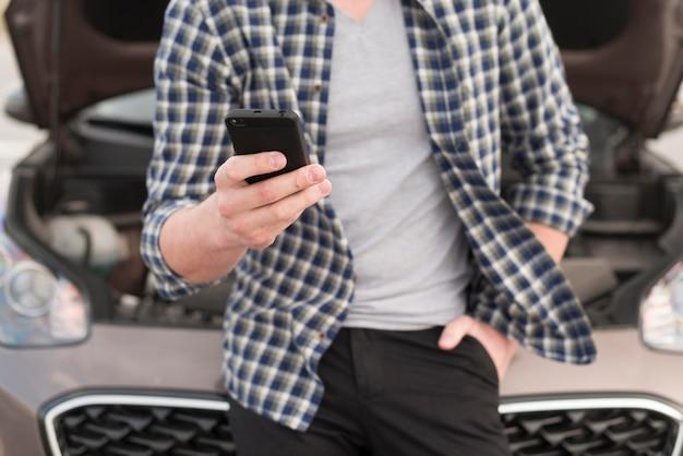 Крупный мужчина с мобильным телефоном