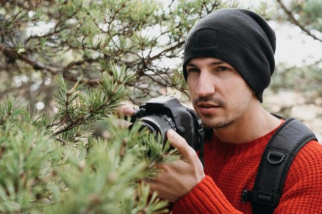 Крупным планом человек с фотоаппаратом