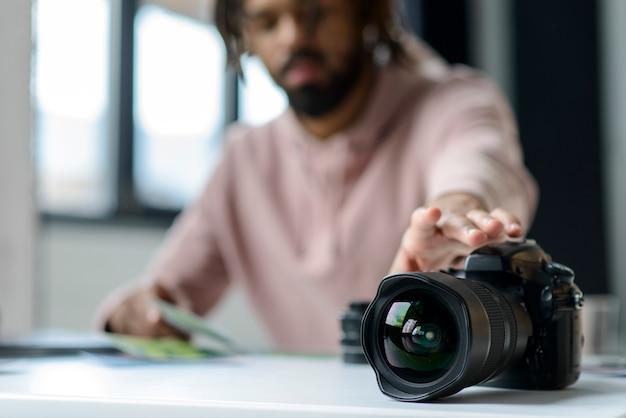 Крупный мужчина с профессиональной камерой
