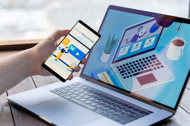 Крупным планом человек с смартфон и ноутбук в помещении