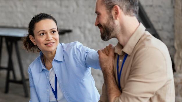 Close up uomo e donna che tengono le mani