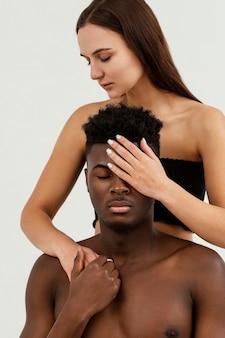 Close-up uomo e donna in posa