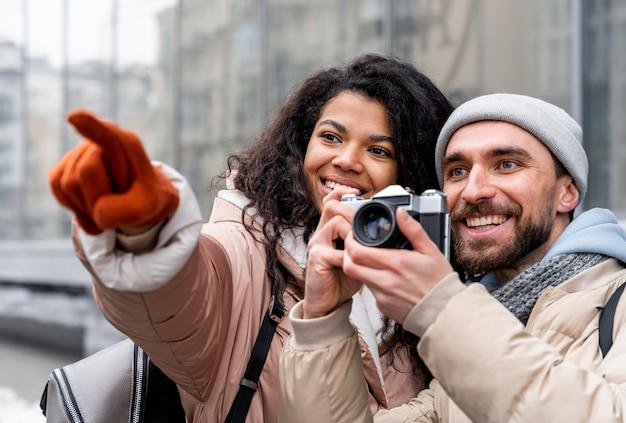 Close up uomo e donna con la macchina fotografica