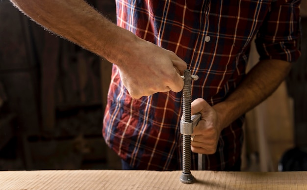Close up uomo che lavora con il legno