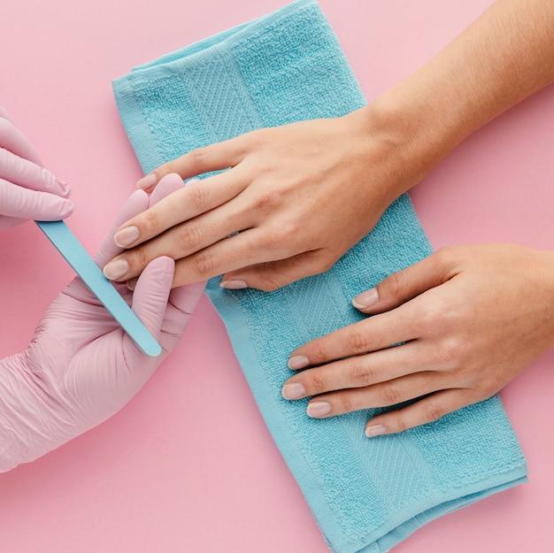Manicure del primo piano che indossa i guanti