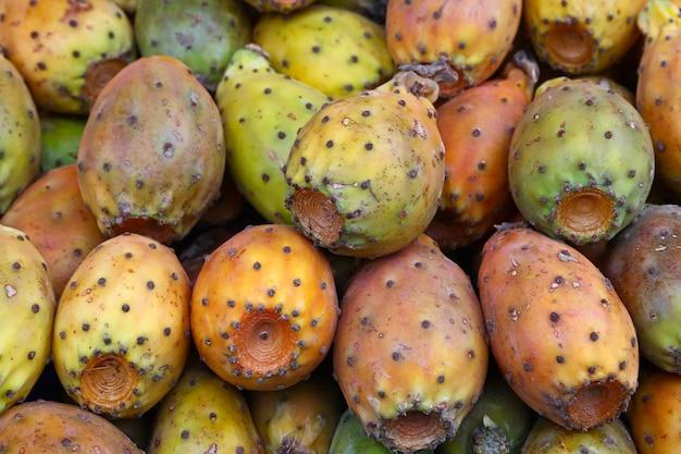 多くの新鮮なウチワサボテン(ウチワサボテン、ウチワサボテン)のサボテンの果実を店や市場の小売店でクローズアップ