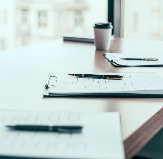 閉じる。オフィスデスクのマーケティングスキーム。ビジネスの背景。