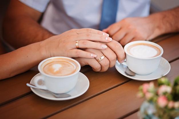 コーヒーを飲む夫婦を閉じる
