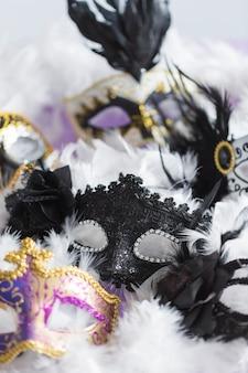 Крупные маски на перьях