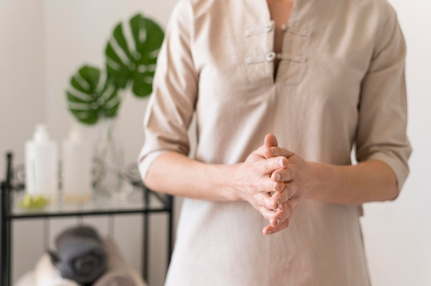 Massaggiatrice del primo piano al salone