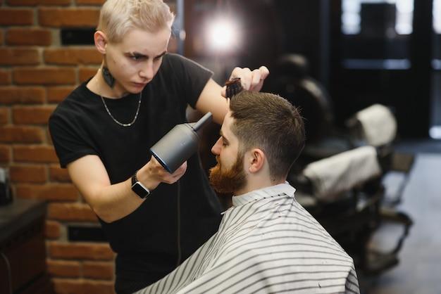 クローズアップ、マスター美容師は、はさみと櫛で髪型とスタイルを行います。