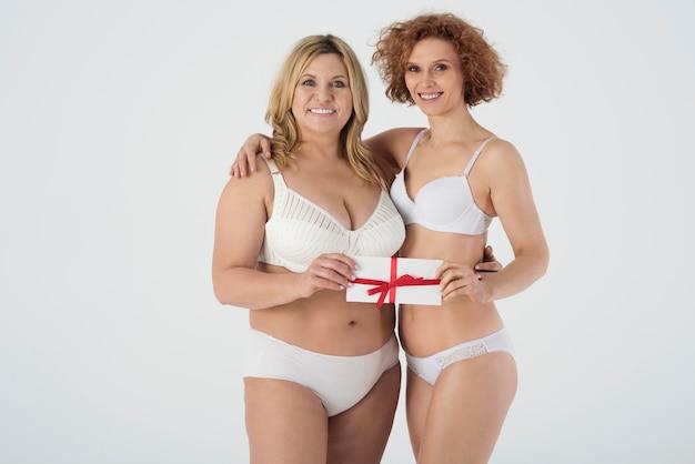 Primo piano su donne mature in biancheria intima