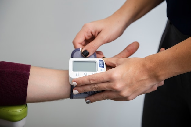 Close-up measuring blood pressure device