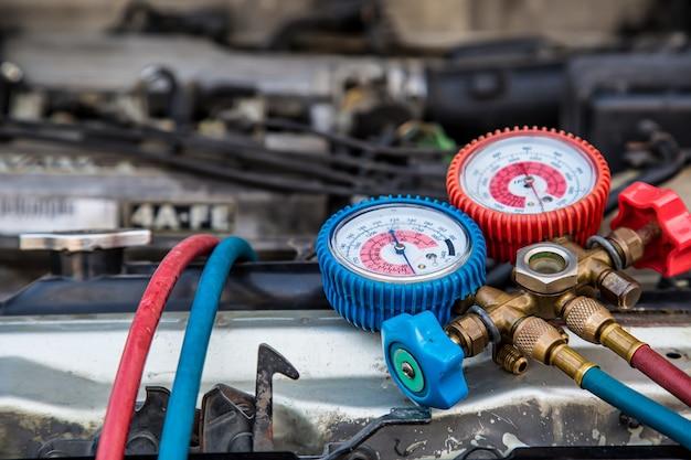 車のエアコンを充填するためのクローズアップ測定機器ツール。