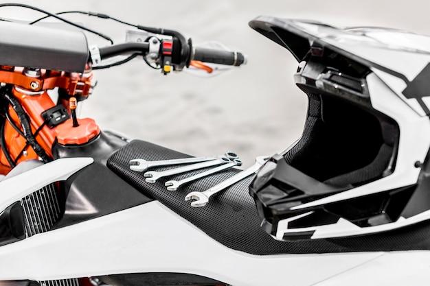 バイクの上にあるクローズアップのメカニカルスパナ