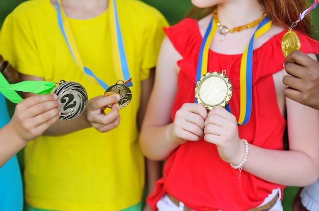 어린이 목에 달린 스포츠 업적에 대한 근접 메달