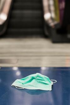 Maschera medica di primo piano sul pavimento