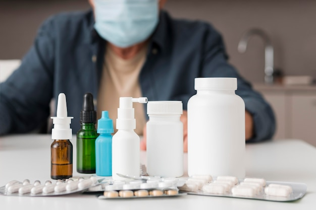 Контейнеры с лекарствами крупным планом на столе